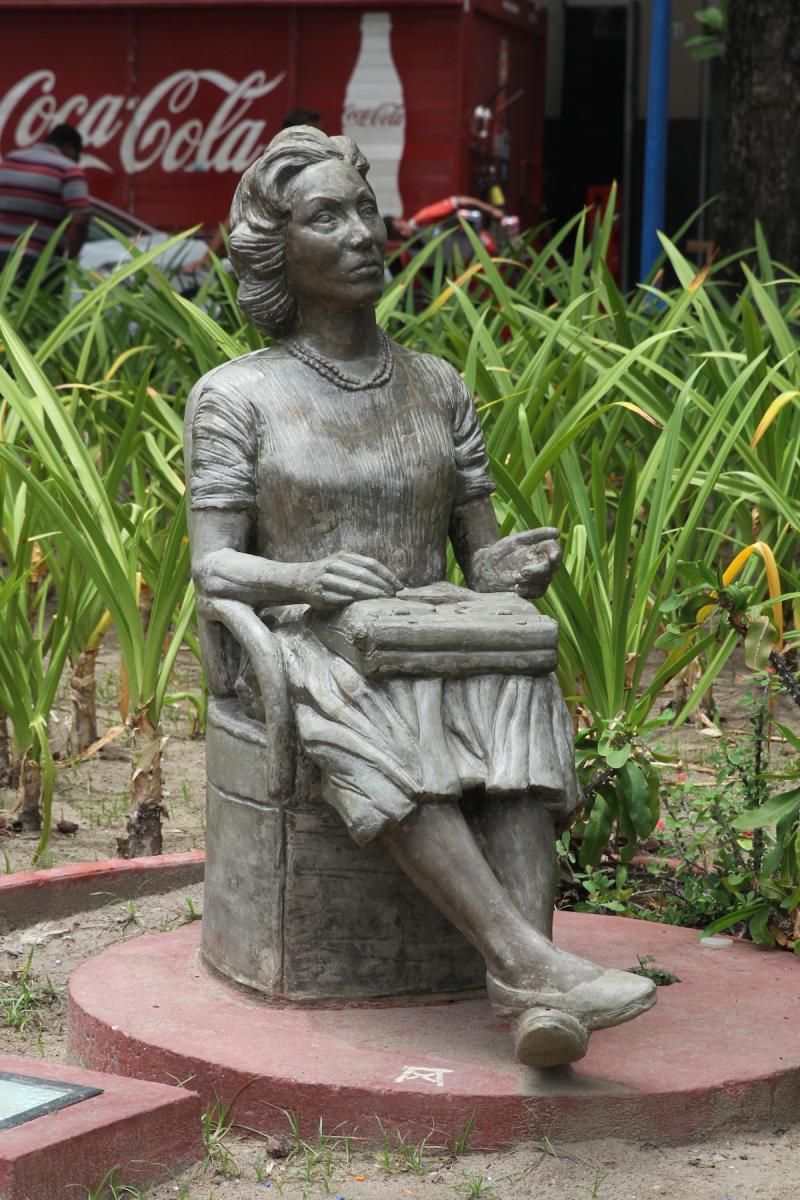http://www.recifeartepublica.com.br/escultura/fotos/Clarice Lispector