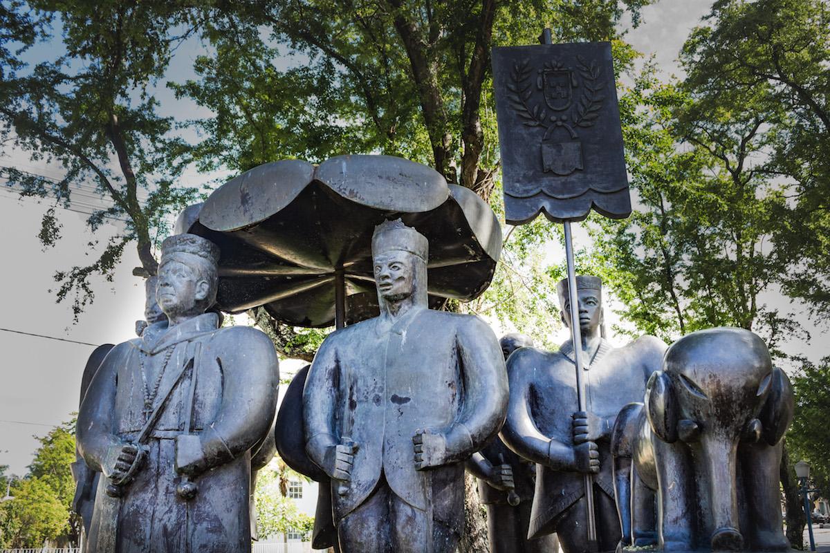 http://www.recifeartepublica.com.br/escultura/fotos/Monumento ao Maracatu
